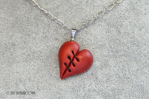 Geflicktes Herz an platinfarbener Kette-31