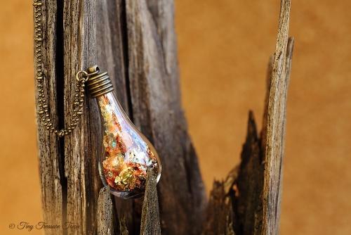 Magische Flöckchen Kette - Metallisch bunt und bronzefarben - Tropfenform