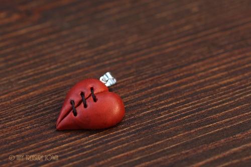 Geflicktes Herz an platinfarbener Kette