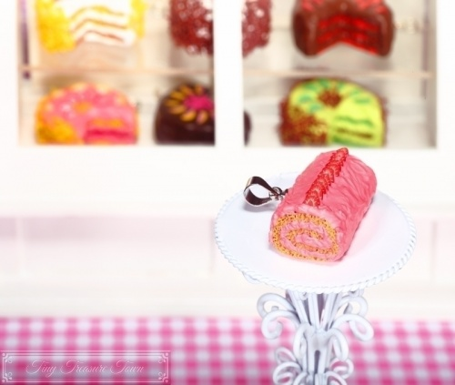 Fimo Torten Kette Erdbeer-Roulade-31